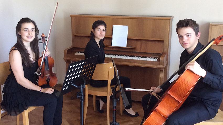Дебора Стефанова - цигулка, Мила Михова - пиано, Момчил Пандев - виолончело (отляво надясно)