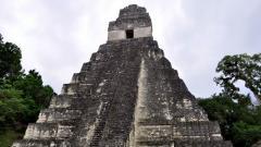 Руините на маите в Тикал, Гватемала.