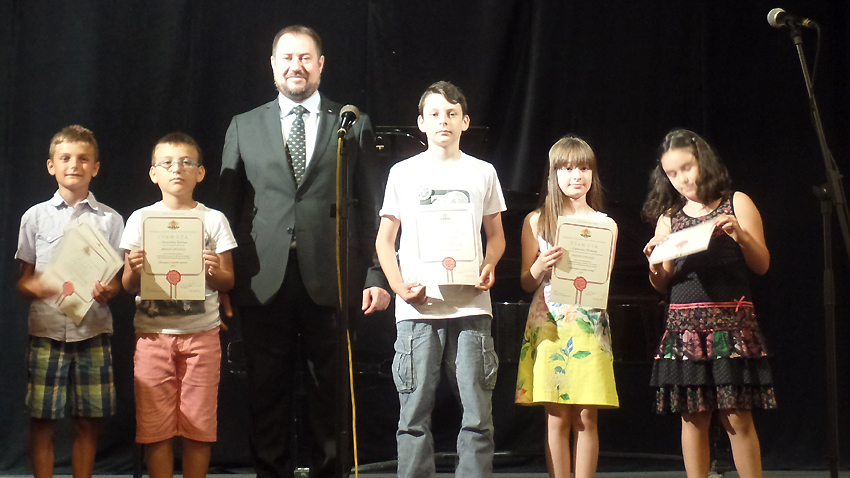 Kryetari i Agjencisë Shtetërore për Bullgarët Jashtë Shtetit Petër Harallampiev me një pjesë prej fëmijëve të dekoruar në konkurset e Agjencisë.