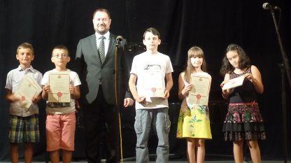 Председатель Государственного агентства по делам болгар за рубежом Петр Харалампиев с частью детей, удостоенных наград на конкурсах агентства