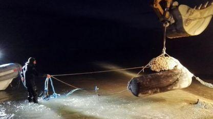 Италиански военни извадиха 225-килограмовата бомба от земята във Фано, Централна Италия, след което я спуснаха в морето.