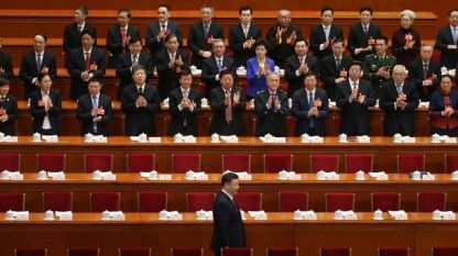 Президентът Си Цзинпин пристига под аплодисменти на депутати за годишната сесия на парламента, която ще гласува и отпадане на ограничението за два президентски мандата.