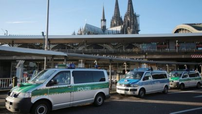 Полицейски коли край катедралата и гарата в Кьолн бдят за реда по време на протеста на ПЕГИДА