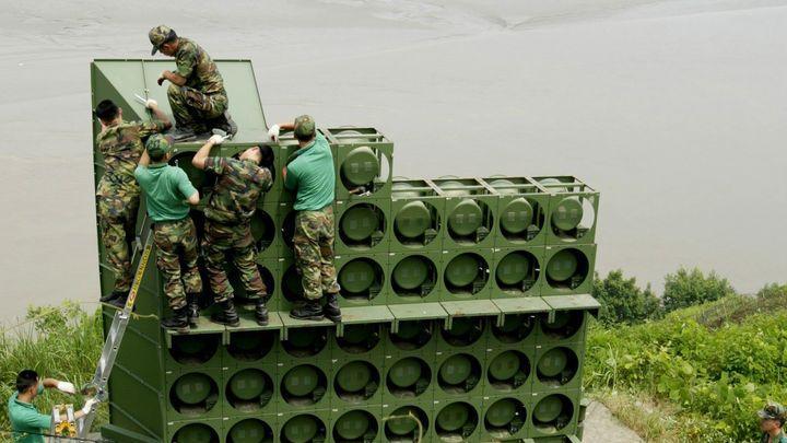 Южнокорейски войници работят по пропагандните високоговорители на границата със Северна Корея.