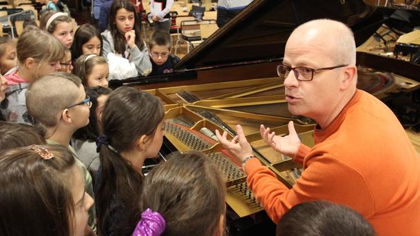 Марио Ангелов разказва на децата за пианото