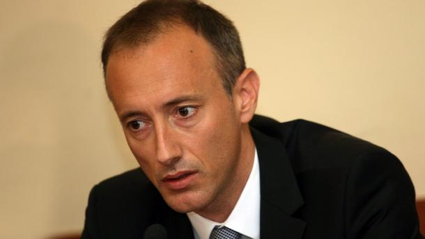 Krassimir Waltschew gab in einem Interview für den Fernsehsender bTV bekannt, dass die Lehrergehälter in Bulgarien ab dem 1. Januar 2019 um 20 Prozent steigen werden. Somit werde der durchschnittliche Bruttolohn der Lehrkräfte von 1.080 Lewa auf knapp 1.300 Lewa klettern wird. Bis Ende der Amtszeit der jetzigen Regierung werde der Mindestlohn der Lehrer mehr als 1.300 Lewa betragen, ergänzte Minister Waltschew. Seinen Worten zufolge wird es in diesem Jahr ca. 60.000 Erstklässler geben, doch es gäbe einen Mangel an Pädagogen. Am schwersten sei es, Schullehrer in Physik, Mathematik und Informationstechnologien zu finden, so Bildungsminister Krassimir Waltschew