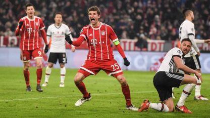 Томас Мюлер (в средата) вкара два гола за победата на