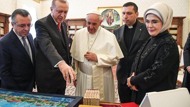 Папа Франциск разменя подаръци с турския президент Реджеп Ердоган и съпругата му Емине на аудиенцията им във Ватикана.