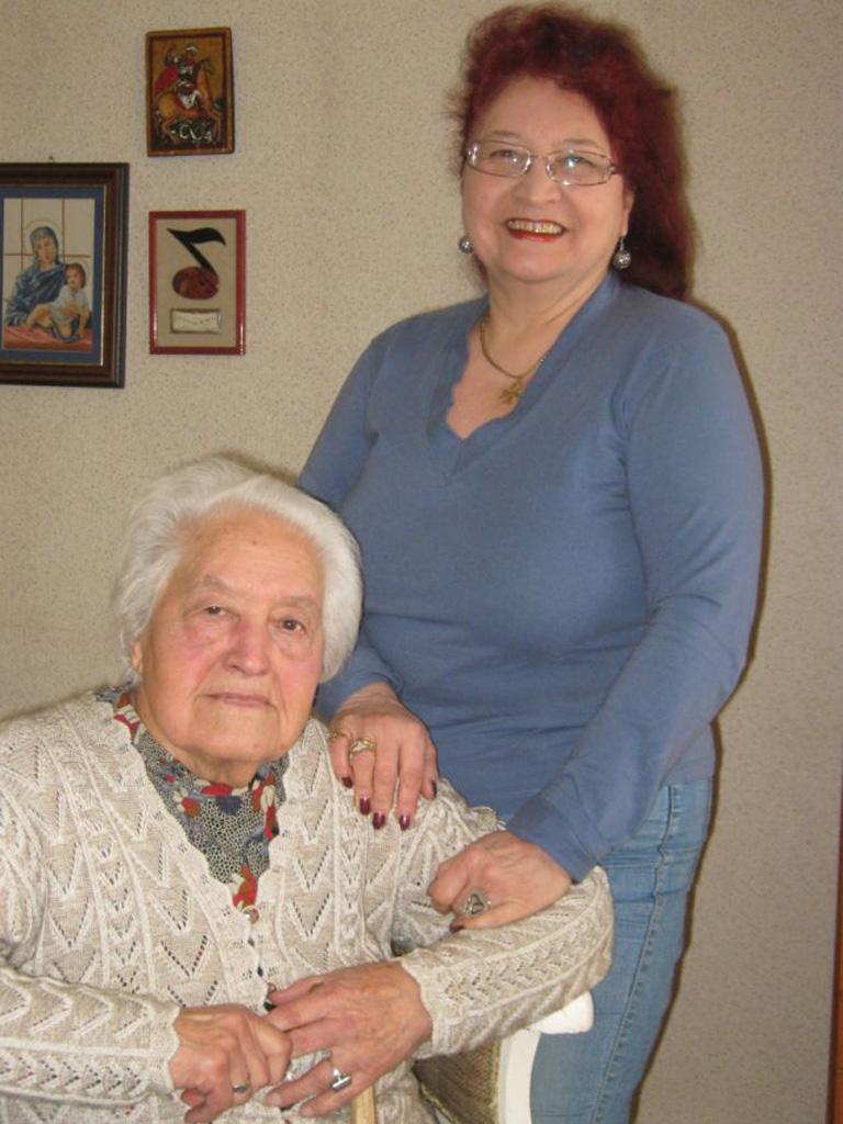 Лиляна Галевска с нейната майка – народна певица Ика Стоянова, 2011 г. Снимка: Мирослав Василев