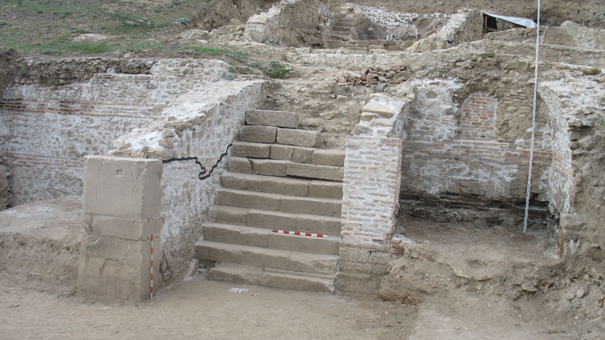 Хераклея Синтика. Масивно обществено каменно стълбище, водещо към късноримски занаятчийски квартал. Комплексът е фунционирал през III-IV век.