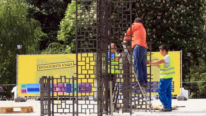 Изграждането на скулптурната инсталация Бронзовата къща продължава да поражда много