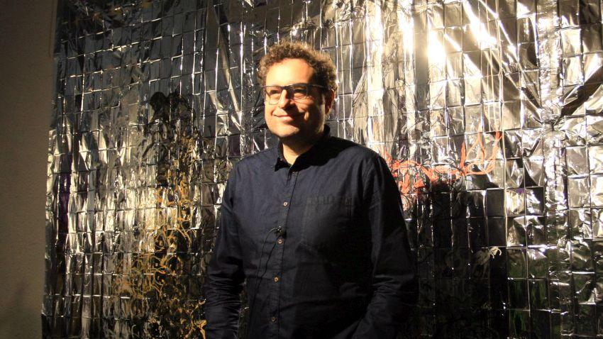 """Теодор Ушев по време на откриването на изложбата """"Като в тъмно огледало"""" в Софийска градска художествена галерия"""