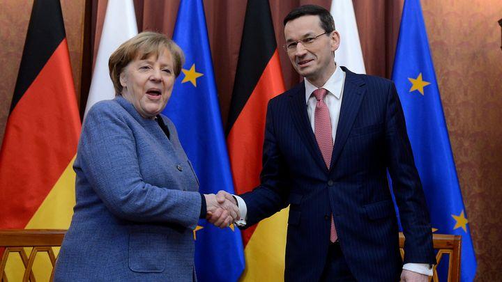 Ангела Меркел и Матеуш Моравецки на срещата им във Варшава в понеделник вечерта.
