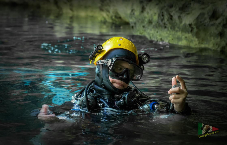 """Ники Златков - най-младият в света сертифициран пещерен водолаз и изследовател, започва кариерата си в пещерното гмуркане на 10 годишна възраст. В момента, на 13, член на изследователския екип АТИ към школа """"Дайвинг Мексико"""""""