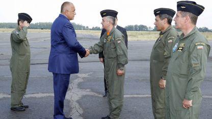 Премиерът Бойко Борисов по време на среща с военни летци.