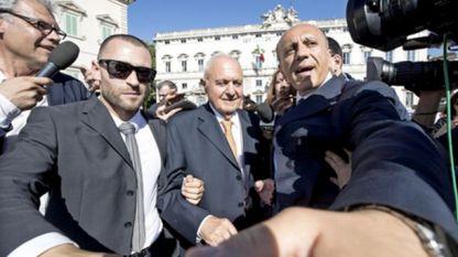 министър Паоло Савона (в средата)