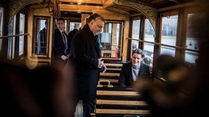 Виктор Орбан и Ана Бърнабич в  трамвай в Будапеща.