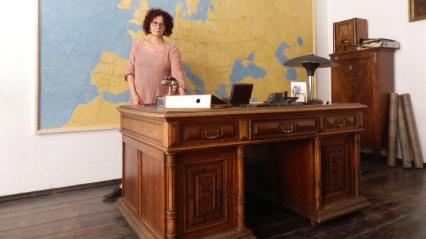 Михайлина Павлова до бюрото на Шиндлер в музея на Оскар Шиндлер в Краков (Oskar-Schindlers-Enamel-Factory-At-4-Lipowa-Street)