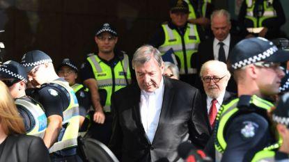 Кардинал Джордж Пел на излизане от изслушването в съд в Мелбърн.