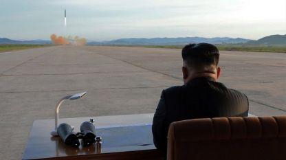 Севернокорейският лидер Ким Чен-ун наблюдава ракетни тестове