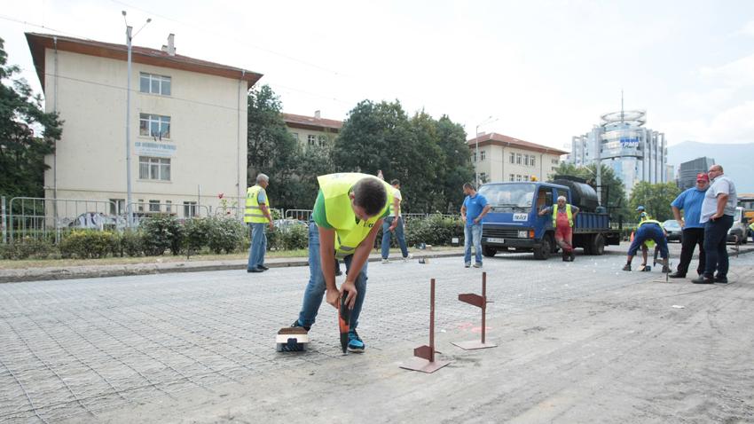 """Столичният кмет Йорданка Фандъкова провери ремонта на бул. """"България""""."""
