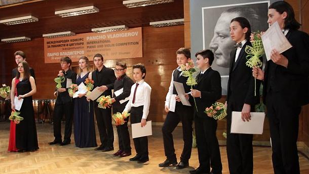 Наградените участници в конкурса по пиано