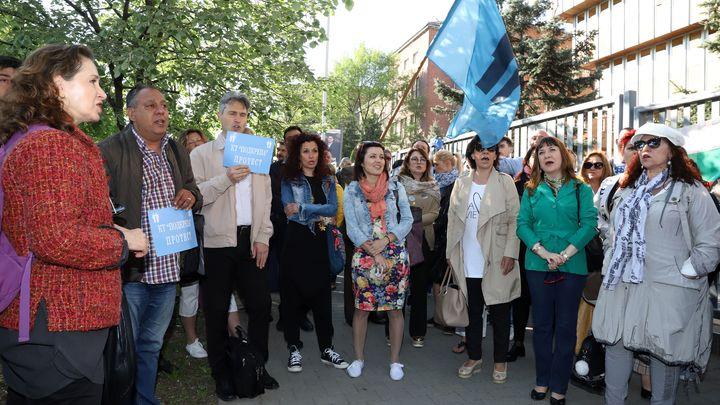 Членове на музикалните състави на БНР протестират пред сградата на Радиото в София.