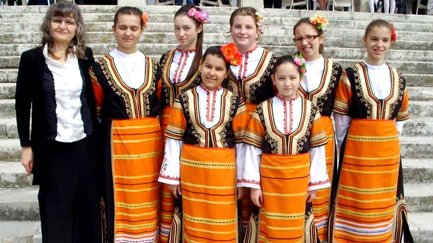 Η Ντανιέλα Γκεοργκίεβα μαζί με τα παιδιά από το παιδικό φωνητικό σύνολο «Μπελτσίντσε»