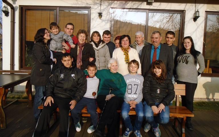 Йорданка Бондова с деца и внуци.