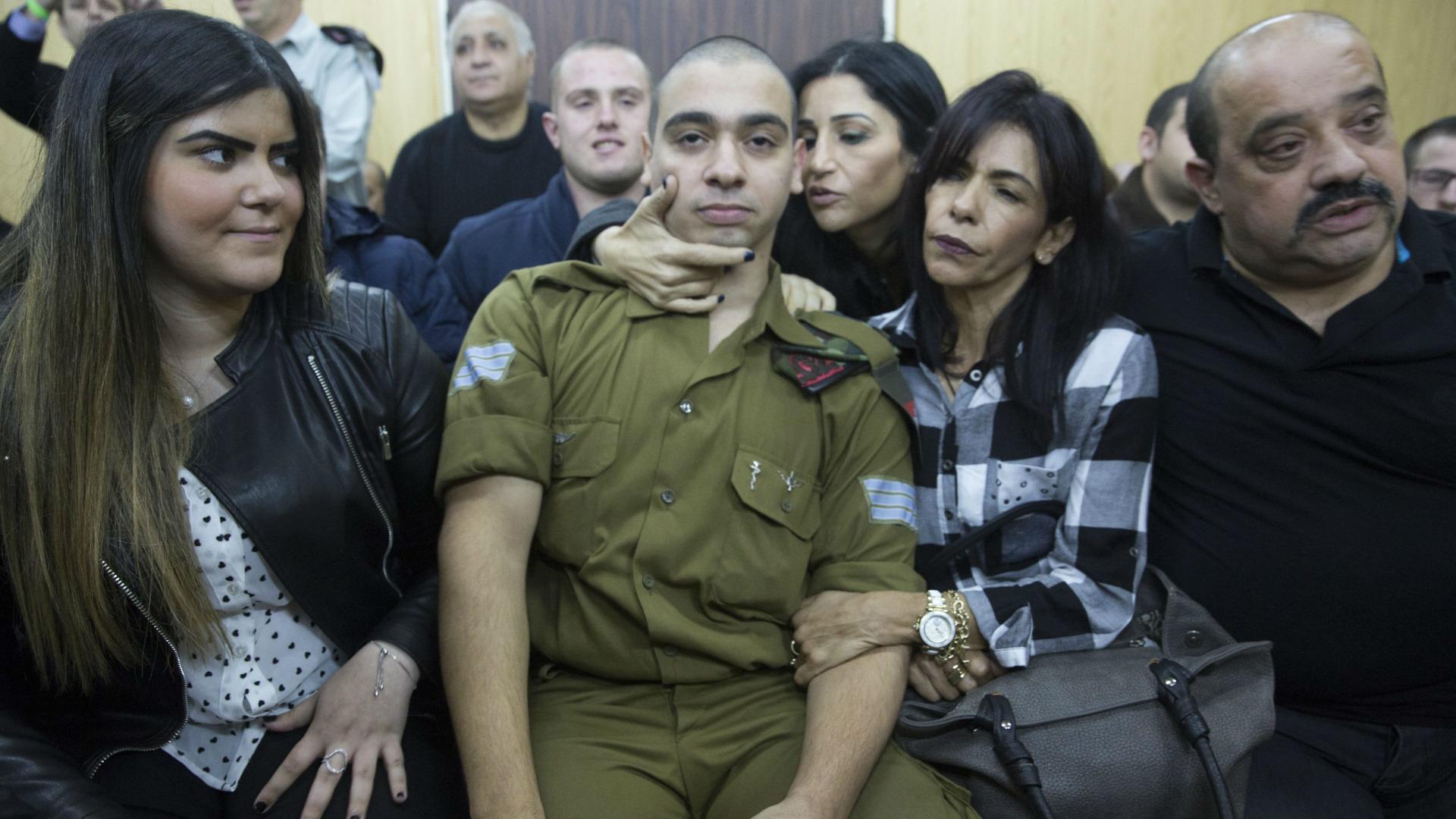 Елор Азария в съда, обграден от близките си
