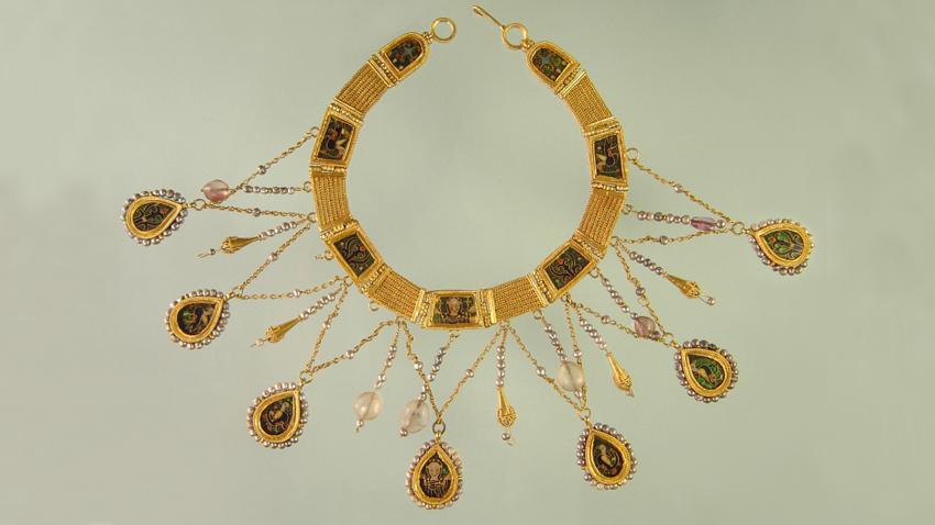 Двустранна огърлица – изработена от злато, клетъчен емайл, планински кристал, аметисти – Х век.