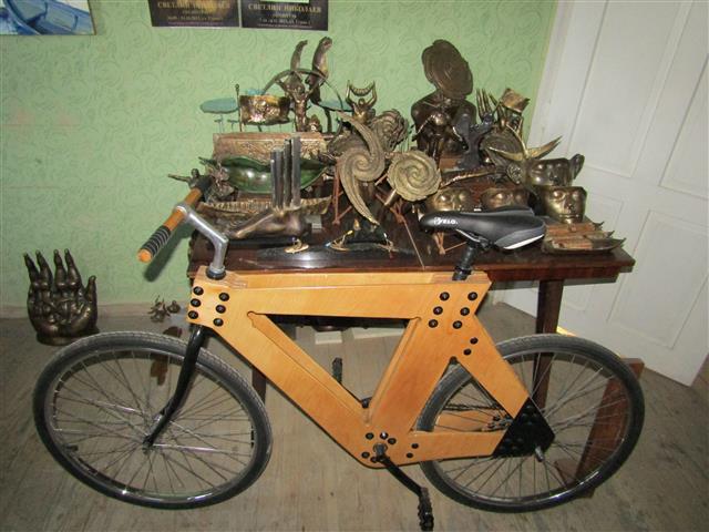 Дървеното колело и пластики на Светлин Николаев, Снимка: Ваня Минева
