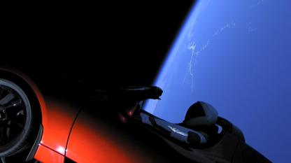 Сателитите на Спейс-Х в нощно небе
