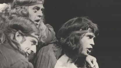 """Сцена от """"Напразните усилия на любовта"""" от Шекспир в театъра на Българската армия. На снимката: Йосиф Сърчаджиев, Петър Гюров и Стефан Данаилов (отляво надясно)."""