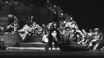 """Сцена от спектакъла на операта """"Катерина Измайлова"""" на Дмитрий Шостакович в Русе, 1965 г. под диригентството на Ромео Райчев и с участието на Евелина Стоицева и Иван Димов в ролите на Катерина и Сергей."""