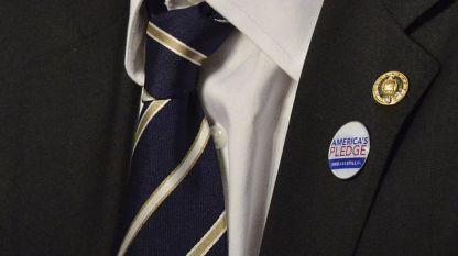 Сенаторът от Хавай Браян Шац носи на ревера си значка, обозначаваща, че е част от