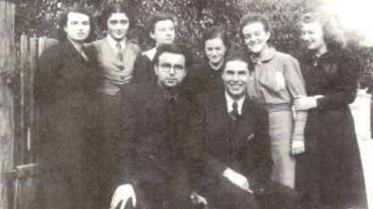 """Вокална група """"Детска радост"""" с ръководител Парашкев Хаджиев (първият седящ вляво)"""