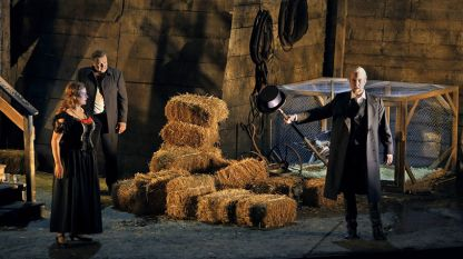 "Камила Нилунд (Зиглинда), Кристофър Вентрис (Зигмунд) и Георг Цепенфелд (Хундинг) в първо действие на ""Валкюра"""