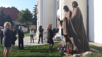 Вицепрезидентът Илияна Йотова поднася цветя на Паметника на Светите братя Кирил и Методий в Белград