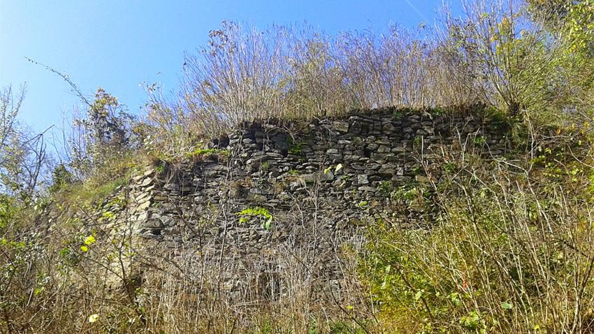Die Überreste der Festungsmauer