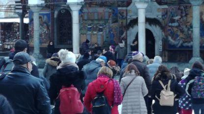 Стотици миряни посетиха празничната коледна литургия в Рилския манастир