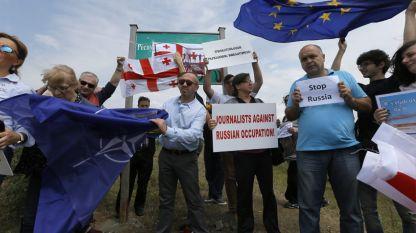 """Протести в Грузия срещу т.нар. """"пълзящо"""" анексиране - промяна на граничните маркировки от страна на руските граничари, навлизайки на грузинска територия."""