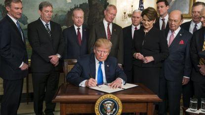 """Доналд Тръмп подписва """"президентски меморандум срещу китайската икономическа агресия"""" в Белия дом. С него се налагат наказателни мита за китайски внос, които може да достигнат $60 млрд."""