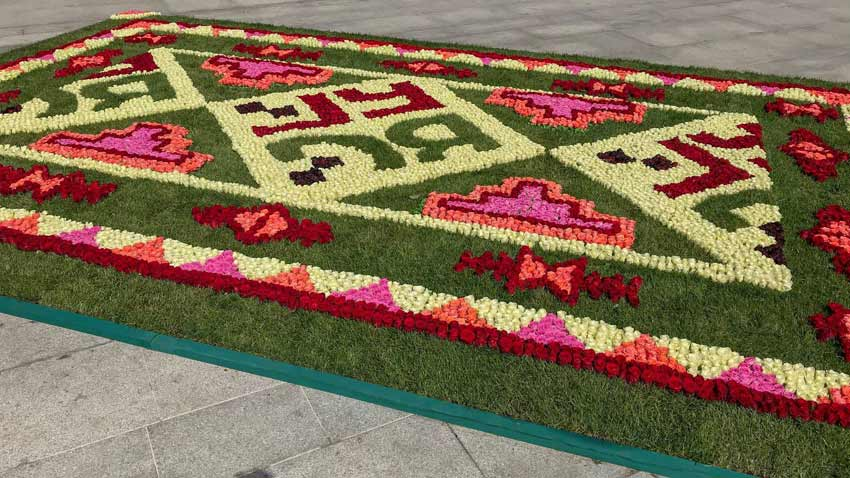 The long-expected carpet of roses is now spreading in the spece before the National Palace of Culture. The mobile installation intertwines the famous ...