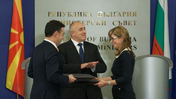 Екатерина Захариева и Никола Димитров разменят ратификационни документи под погледа на Бойко Борисов в Министерския съвет.