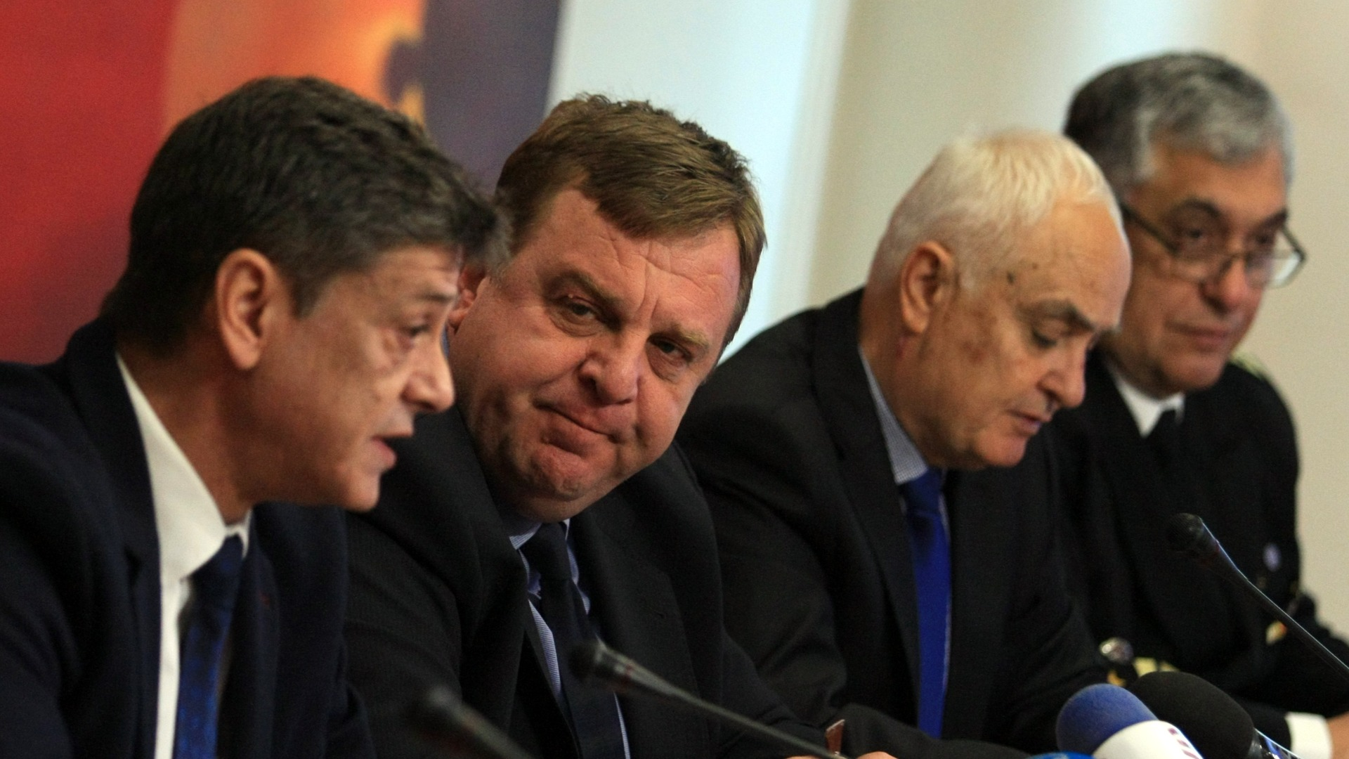 Министърът на отбраната Красимир Каракачанов, заместникът му Атанас Запрянов, председателят на парламентарната комисия по отбрана Константин Попов, началникът на ВВУ