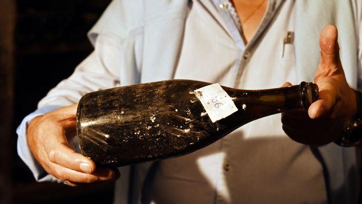"""Бутилка """"жълто вино"""", произведено през 1774 г,. бе показано в изба в Арбуа преди търга на аукционна къща """"Юра аншер""""."""