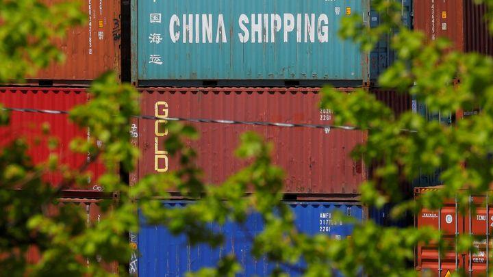 Корабни контейнери с китайски стоки на терминала в Бостън. След преговорите във Вашингтон се очаква Китай да увеличи значително вноса от САЩ, за да намали годишния си излишък в двустранната търговия с до $200 млрд. от сегашните около $335 млрд.