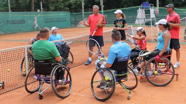 За да напредват българските тенисисти в колички, трябва да тренират постоянно и да играят на състезания в чужбина, казва американският експерт Дан Джеймс