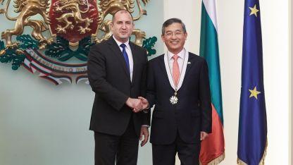 Президентът Румен Радев удостои посланика на Република Корея у нас Шин Бу-нам с орден